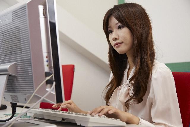 画像:インターネットをする女性